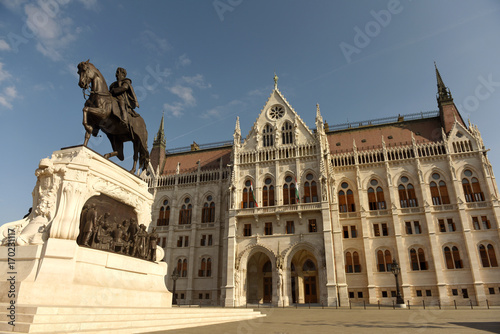 Papiers peints Budapest Statue of Gyula Andrassy and Parliament Building in Budapest, Hungari