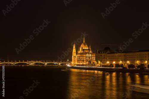 Papiers peints Budapest Panoramic view of Budapest at night. Budapest Parliament architecture sightseeing
