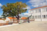Patio de un colegio en vacaciones - 170339163