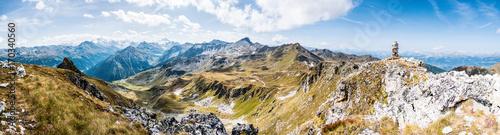 Foto op Aluminium Panoramafoto s Alpenpanorama Wallis mit Steinpyramide, Alpen im Valais, la Brinta, von Vercorin nach Grimnetz, Eifischtal, Schweiz
