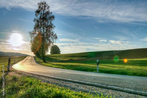 Aluminium Blauwe jeans Straße durch die Landschaft