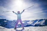 Silhouette Portrait Frau lachend beim Skifahren - 170364927
