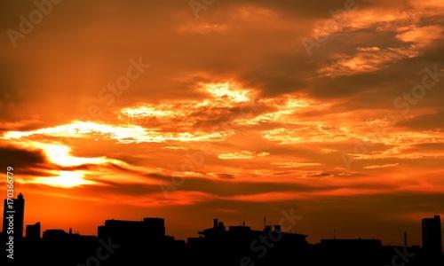 In de dag Oranje eclat 雨上がりの夕景と街並み