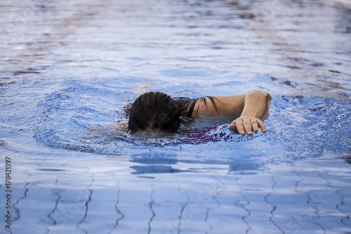 Papiers peints Nautique motorise Young woman swimming in a pool in summer