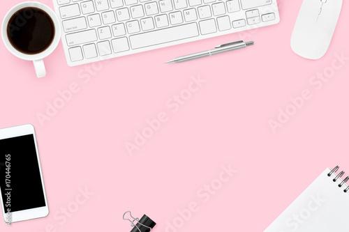 Różowa pastelowa kobieta biurka z gadżetów komputerowych, kawy, smartphone i materiałów eksploatacyjnych. Widok z góry z miejsca kopiowania, płaskie lay.