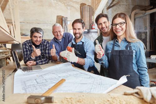Fototapeta Handwerker halten die Daumen hoch
