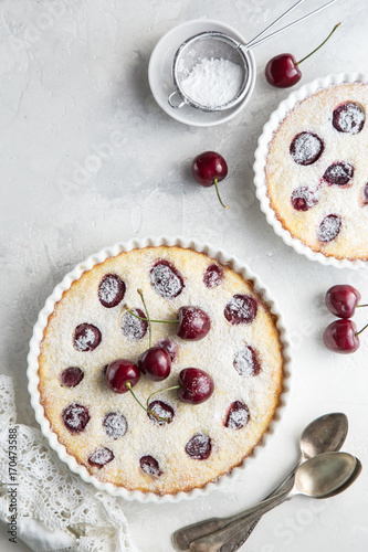 Aluminium Kersen cherry and cottage chese cake in white baking dish