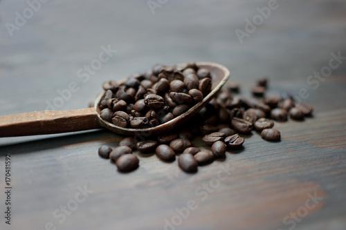Aluminium Koffiebonen Coffee in the spoon
