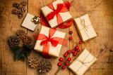 Regalo de Navidad sobre mesa rústica de madera - 170570107