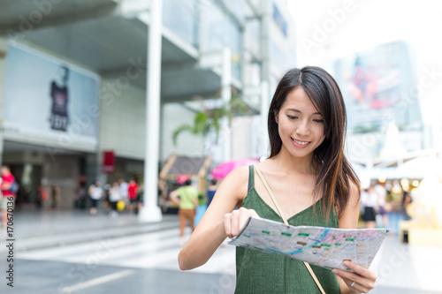 Foto op Plexiglas Bangkok Tourist looking for destination with city map