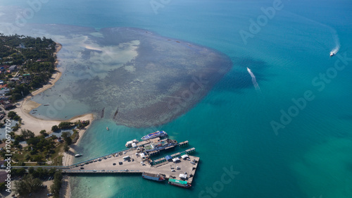 Aluminium Groen blauw Aerial view of Koh Phangan international port with boats in the clear blue sea