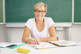 lehrerin bereitet unterricht vor - 170681357