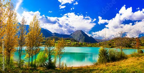 Fotobehang Freesurf Beautiful autumn landscape with turquoise lake Lago di Castel San Vincenzo in Molise, Italy