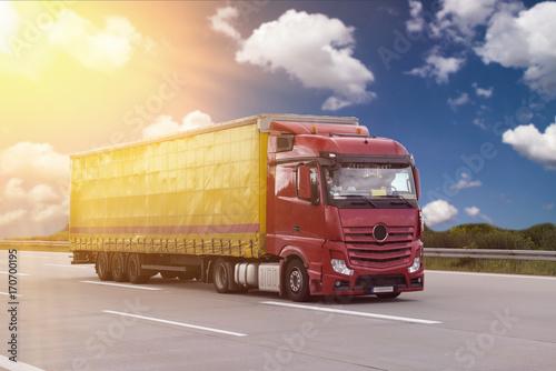 Poster LKW zur Beförderung von Waren auf der Straße - Logistik mit einer Spedition