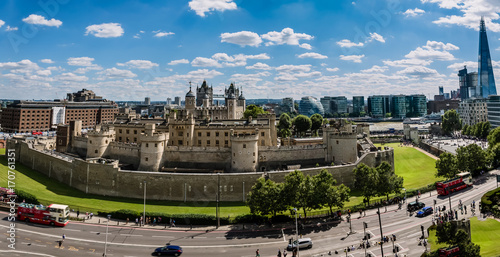 Foto op Plexiglas London London panorama of medieval Castle and modern architecture alongside the Thames
