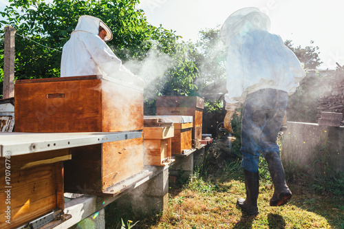 In de dag Vuur / Vlam honey production and bees keeping