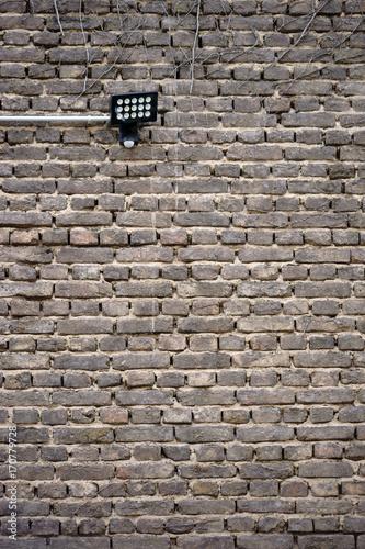 In de dag Baksteen muur Wandleuchte an alter Mauer / Eine alte nostalgische Mauer aus Ziegelsteinen mit einer Wandleuchte.
