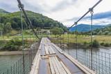 подвесной мост через реку в горах