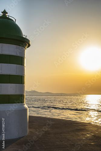 Fotobehang Vuurtoren Tramonto sul mare