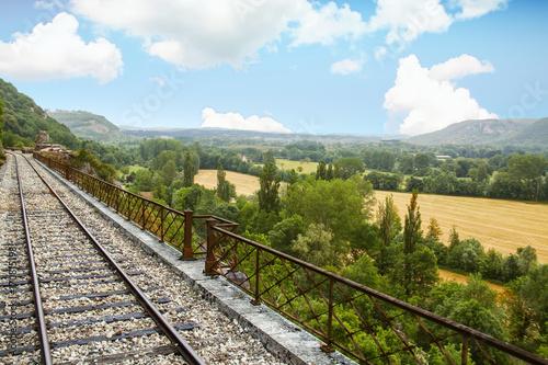 In de dag Spoorlijn Martel. Panorama sur les voies de chemin de fer et paysage. Lot. Occitanie