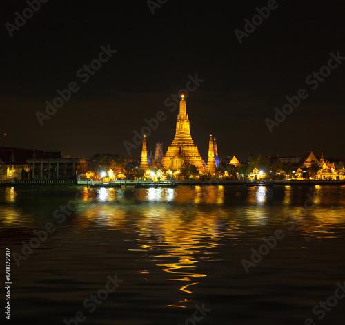 Fotobehang Bangkok Temple de l'Aube, Wat Arun sur les rives du Chao Phraya, Bangkok, Thaïlande