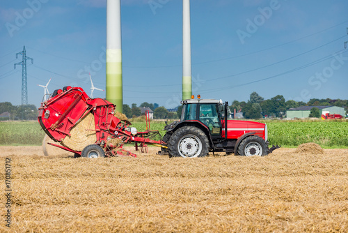 Traktor mit Rundballenpresse auf dem Feld - 0259 Poster
