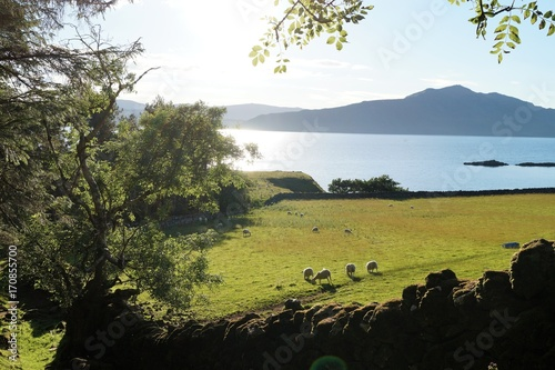Aluminium Blauwe hemel Raasay is an island located between Scotland and the Isle of Skye.