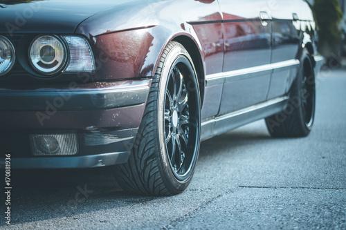 Plakat Auto mit schwarzen Leichtmetallfelgen