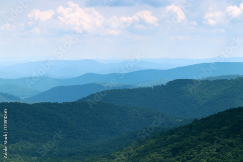 Aluminium Blauwe hemel Blue Ridge Parkway scenic view. Summer landscape with cloudy sky over the road with car in motion passing through Great Smoky Mountains scenic highway Blue Ridge Parkway at North Carolina, USA.