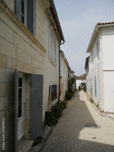 Fotobehang Smalle straatjes Talmont-sur-Gironde en Charente-Maritime