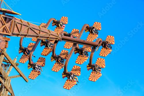 Fotobehang Amusementspark Karussell für Überschläge und Loopings in einem Freizeitpark