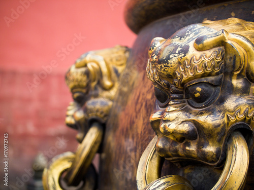 Papiers peints Pekin Closeup of Brass lion heads decorating ancient Chinese water urn in Forbidden City lio