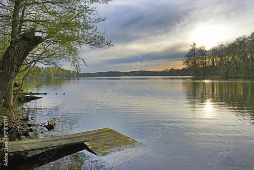 Fotobehang Pier Polonia, lago al tramonto.