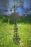 Cimitero, croce di ferro arrugginita.