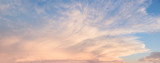 Abendstimmung - blauer Himmel mit leuchtenden Wolken