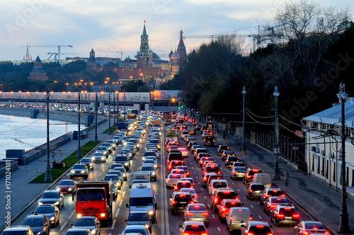 Wieczorem korku w pobliżu Kremla w Moskwie