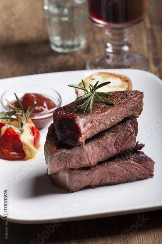 Foto op Plexiglas Steakhouse Gegrilltes Steak in Scheiben geschnitten