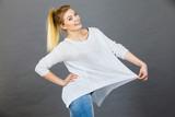 Woman wearing too big jumper - 171091315