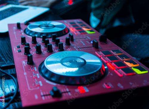Mesa de mezclas roja dj buy photos ap images detailview for Mesa de mezclas dj