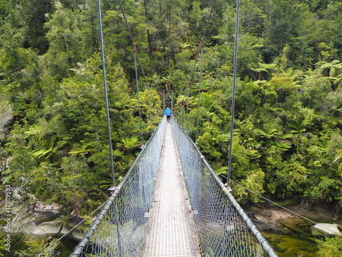 Hängebrücke Abel Tasman Park mit Backpacker, Neuseeland