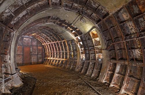 Opuszczony stary zapomniany techniczny podziemny pokój. Zakole zardzewiałego starego tunelu