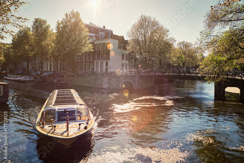 Foto op Plexiglas Amsterdam Amsterdam canal with tourist boat