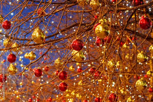 kolorowe bombki - dekoracja ulicznych drzew w Moskwie