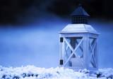 Laterne an einem kalten Winterabend - 171159798
