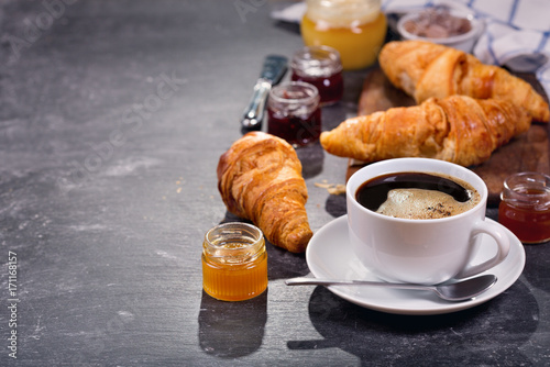 Papiers peints Cafe cup of coffee and croissants with fruit jam