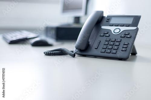 mata magnetyczna Arbeitsplatz mit Telefon, Computer im Hintergrund