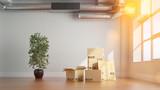 Gestapelte Umzugskartons beim Umzug in Loft - 171180159