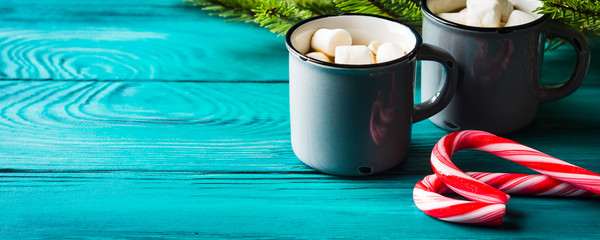 Hot chocolate with marshmallows on dark green. Christmas festive winter drink background © tenkende