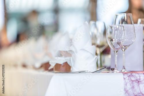 Gläser auf gedecktem Tisch