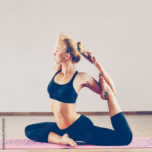 Fotobehang School de yoga Young beauty woman in yoga position